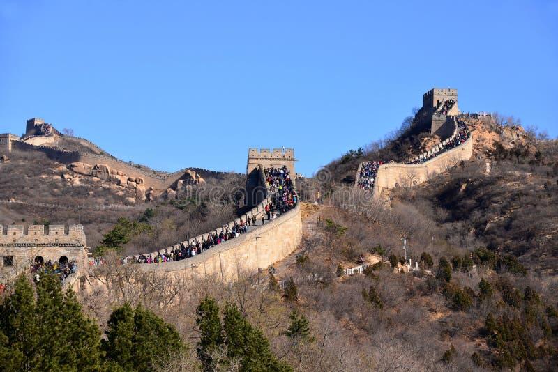 Stor folkmassa på den stora väggen av Kina arkivbild