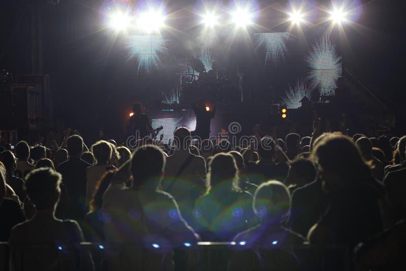 Stor folkmassa på en rockkonsert arkivfoton