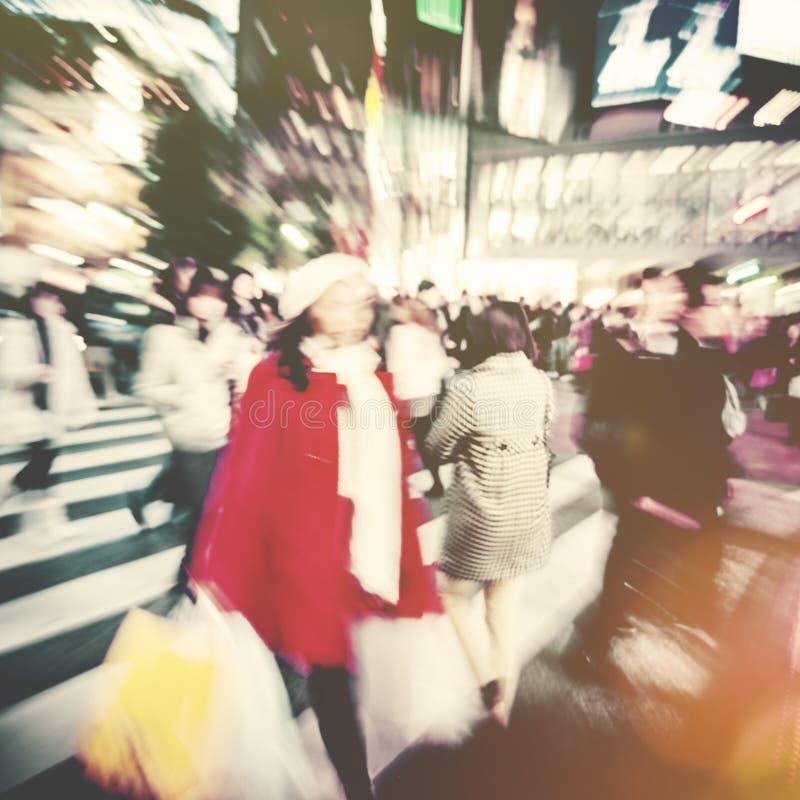 Stor folkmassa som går i ett begrepp för stadskorsgata royaltyfri fotografi