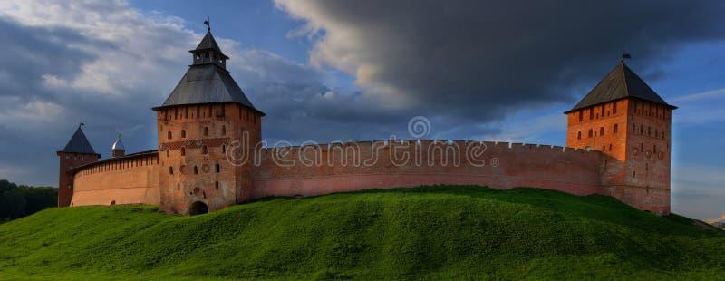 Stor-format panorama av tornen och väggarna av den Novgorod Kreml royaltyfri fotografi