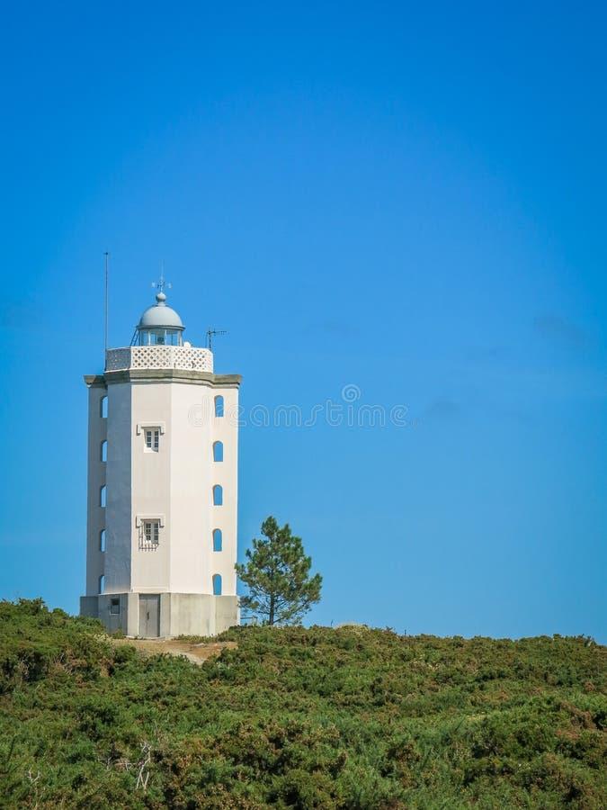 Stor fyr på Mera ` s Udde Punta de Mera nära Serantes, ett Coruna landskap, Galicia royaltyfria foton