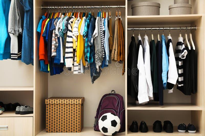 Stor garderob med tonåringkläder, skor, tillbehör arkivfoton