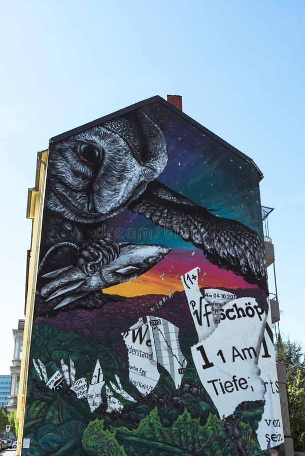 Stor gatakonstmålning på bostads- byggnad stock illustrationer