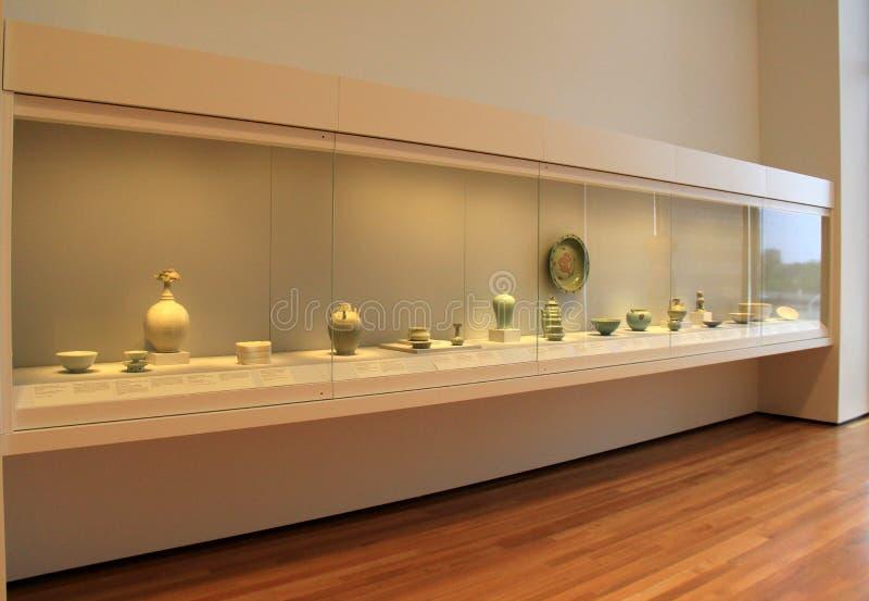 Stor glass skärm med många lera- och porslinobjekt, Cleveland Art Museum, Ohio, 2016 arkivbild