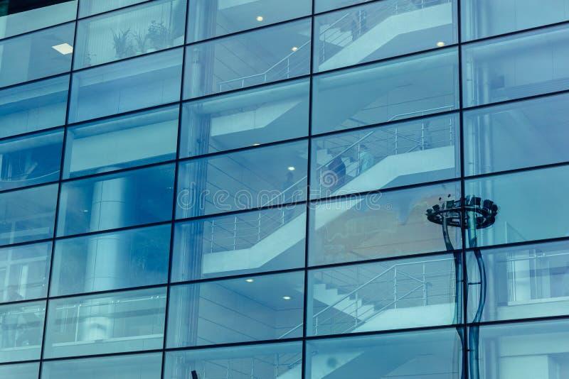 Stor glasvägg av modern futuristisk kontorsaffärsbyggnad, reflexion royaltyfri bild