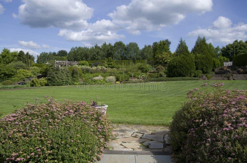 Stor gräsmattafantasiträdgård royaltyfria bilder