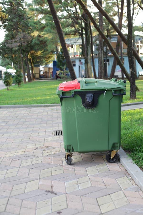Stor grön plast- dumpster på gatan arkivfoto