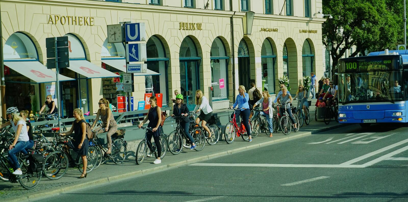 Stor grupp av aff?rskvinnor p? cyklar - Munich Tyskland royaltyfria bilder