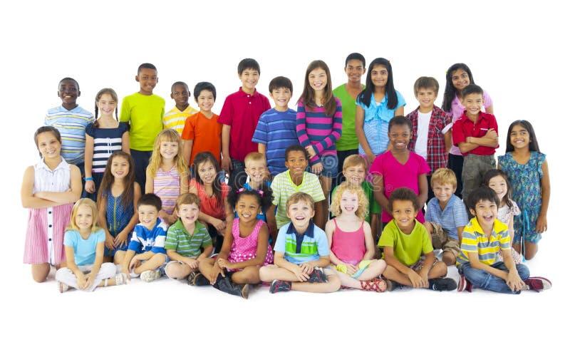 Stor grupp av att le för barn arkivbilder