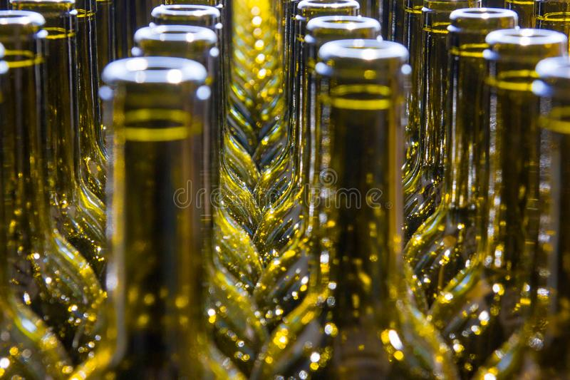 Stor grupp av gr?na ?teranv?nda exponeringsglasvinflaskor royaltyfria bilder