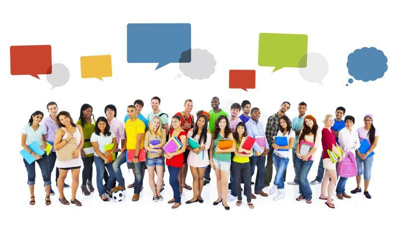 Stor grupp av internationellt le för studenter arkivbild