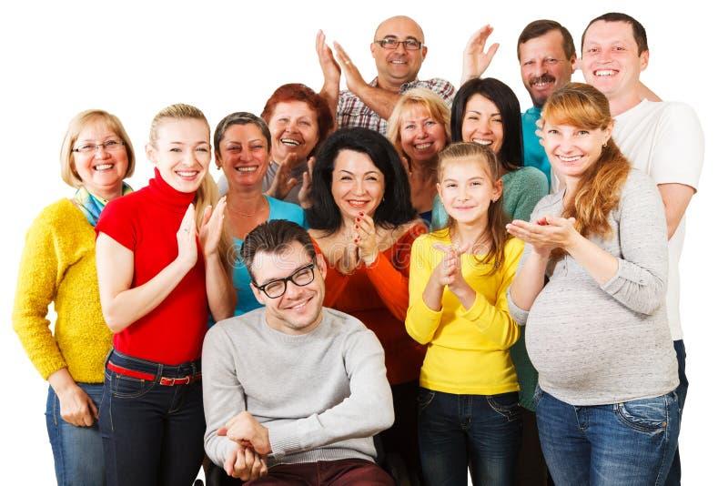 Stor grupp av lyckligt folk som tillsammans står. royaltyfria foton