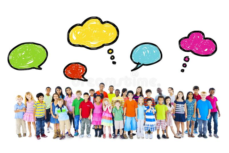 Stor grupp av multietniska barn med anförandebubblor royaltyfri foto