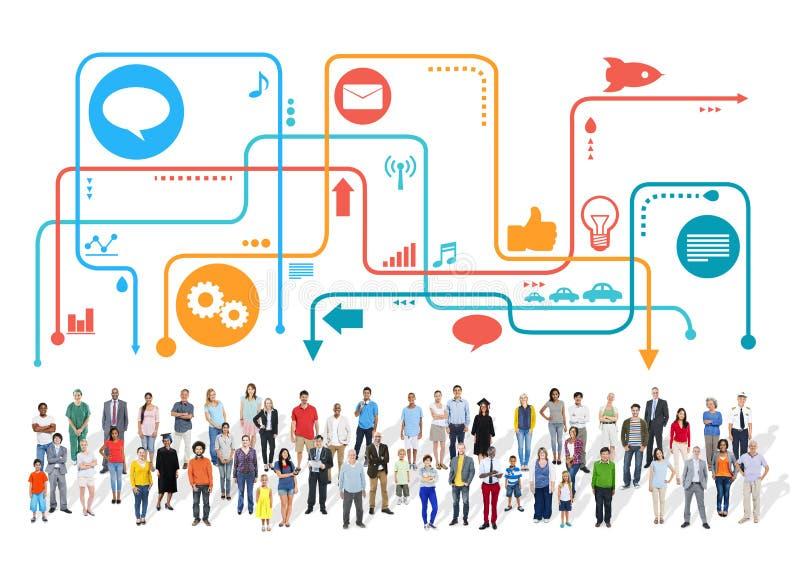 Stor grupp av multietniskt folk med sociala massmediasymboler arkivfoto