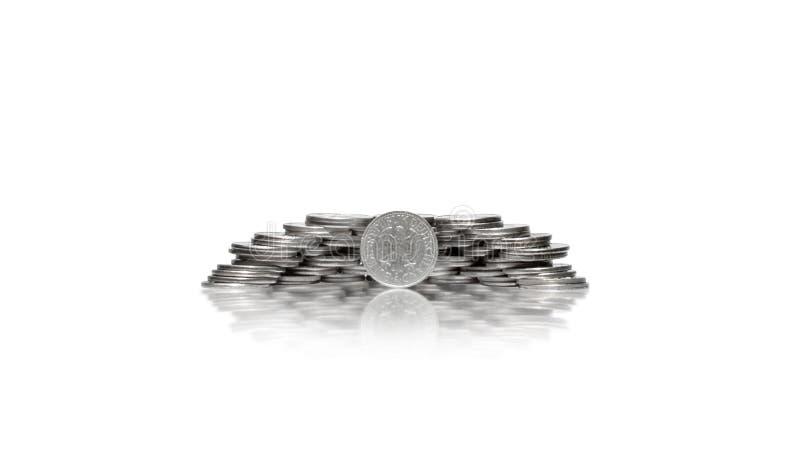 Stor grupp av mynt i stor hög med den främsta tyska fläcken arkivbild