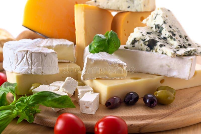 Stor grupp av olika typer av ost royaltyfria bilder