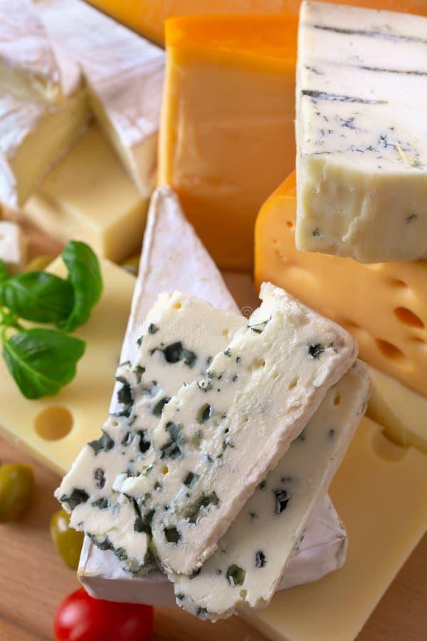 Stor grupp av olika typer av ost arkivbilder