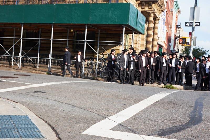 Stor grupp av ortodoxa judiska män arkivfoto