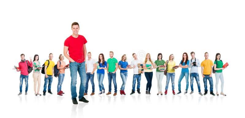 Stor grupp av tonåringar som isoleras på vit bakgrund Många olika personer som tillsammans står Skola utbildning arkivfoto
