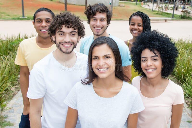 Stor grupp av unga vuxna män och kvinnor från över hela världen royaltyfri fotografi