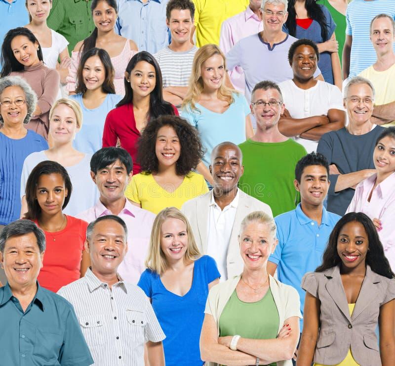 Stor grupp människor med färgglat royaltyfri foto