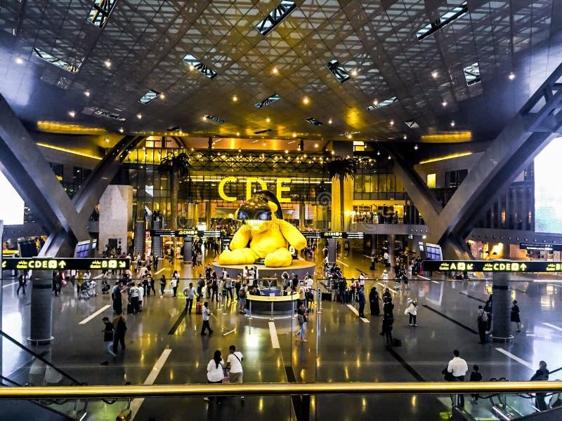 Stor gul björnstaty i Hamad International Airport arkivfoto