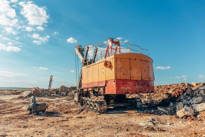 Stor gul grävskopa, villebrådmaskin, villebrådmaskin för att bryta arkivfoton