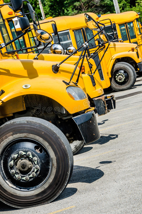 Stor gul skolbuss fotografering för bildbyråer