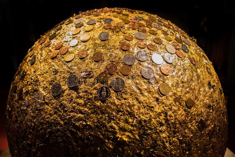 Stor guld- boll med thai mynt, asia, bangkok arkivfoton