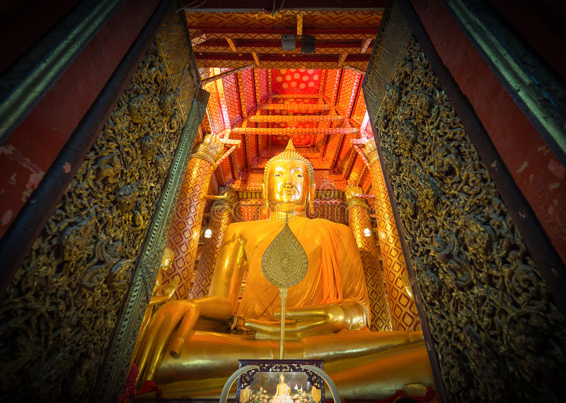 Stor guld- Buddhastaty arkivbild