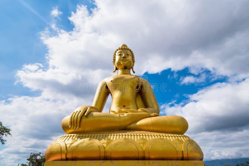 Stor guld- Buddhastaty i Chiang Rai, Thailand fotografering för bildbyråer