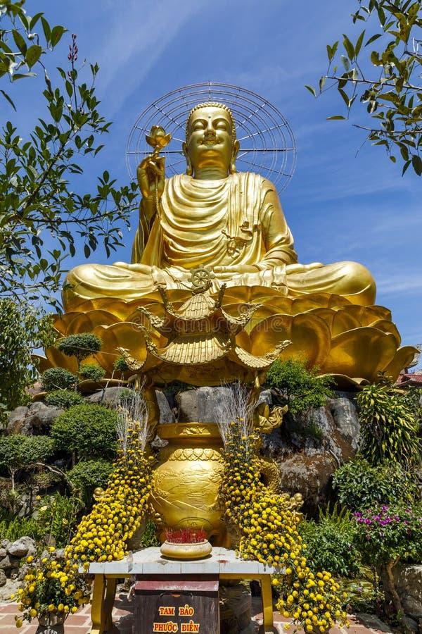 Stor guld- Buddhastaty i Da-laten, Vietnam royaltyfria bilder