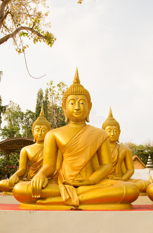 Stor guld- Buddhastaty i Thailand Phichit, Thailand royaltyfri foto