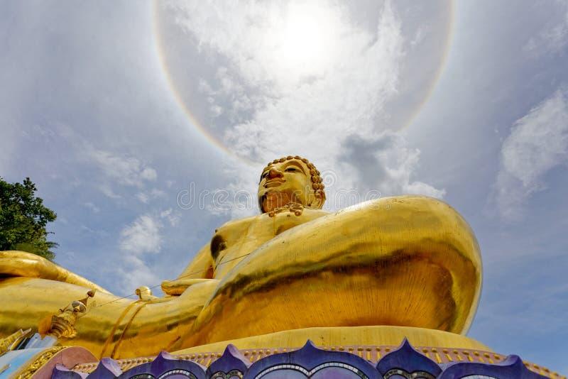 Stor guld- staty buddha under ljus för kranscirkelsol arkivbilder