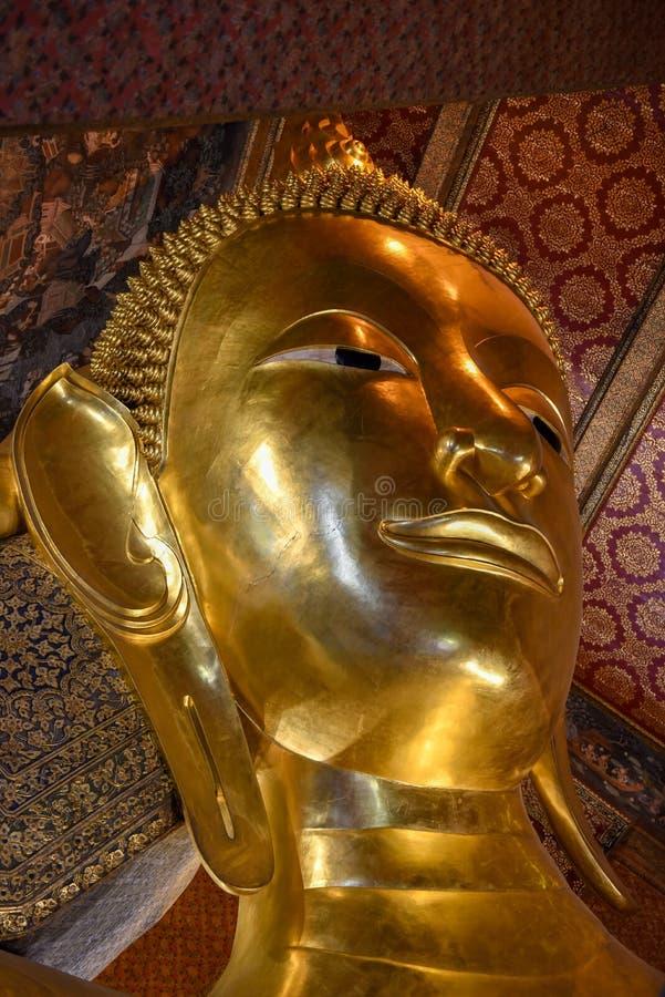 Stor guld- vilaBuddha av den Wat Pho templet i Bangkok fotografering för bildbyråer