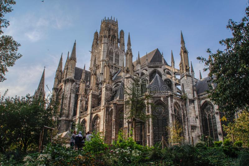 Stor härlig medeltida gotisk domkyrka Notre Dame i Rouen arkivbilder