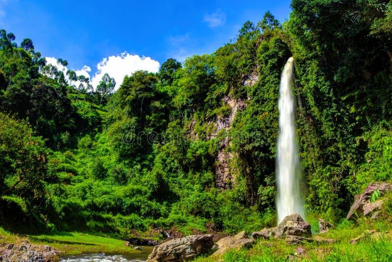 Stor härlig naturvattenfall i Bandung Indonesien royaltyfri foto