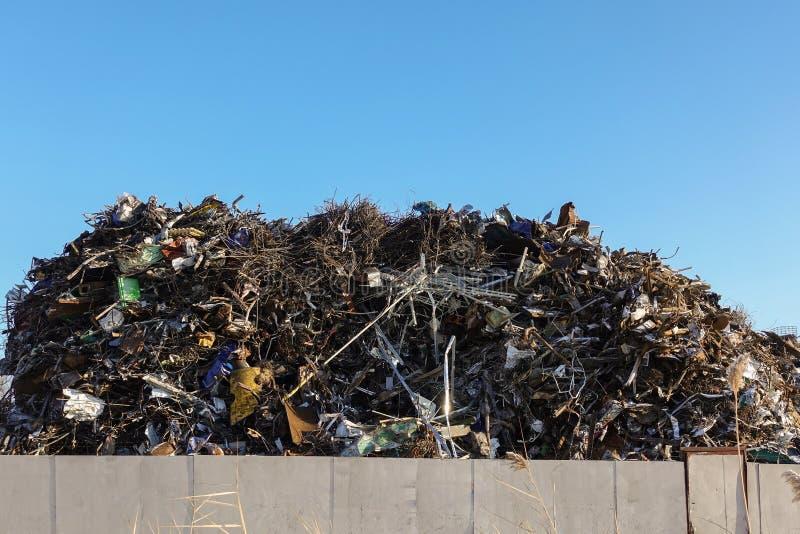 Stor hög av samlad restmetall på territoriet av metallsamlingspunkten Återanvändning för återanvändning royaltyfri foto