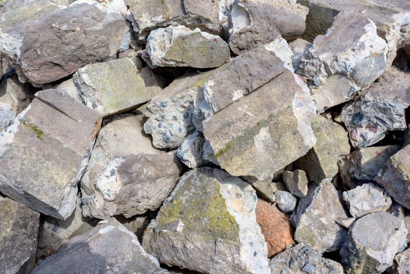 Stor hög av stora stenar, stycken av betong royaltyfri foto