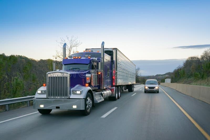 Stor halv-lastbil på huvudvägen på gryning royaltyfri fotografi