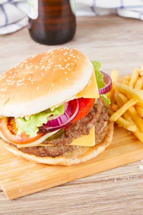 Download Stor hamburgare med öl fotografering för bildbyråer. Bild av gourmet - 37346083
