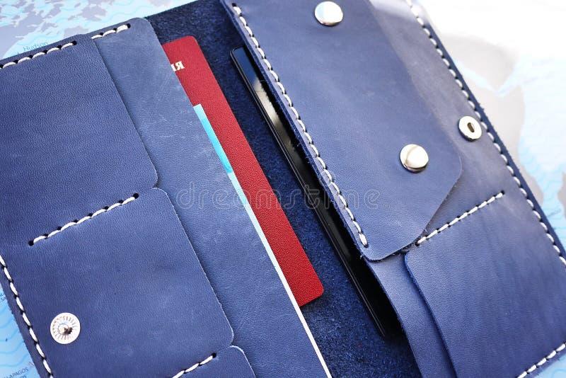 Stor handväska Det kan passa alla dina pengar, mynt, passet, kreditkortar av banker, och rabattkort av shoppar royaltyfri foto