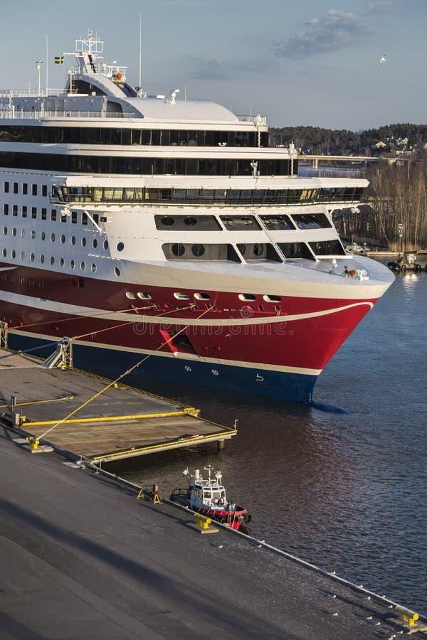 Stor havsfärja och ett litet brandfartyg royaltyfri fotografi