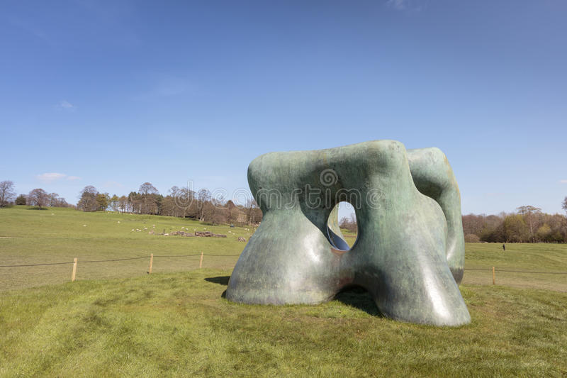 Stor Henry Moore skulptur arkivbilder