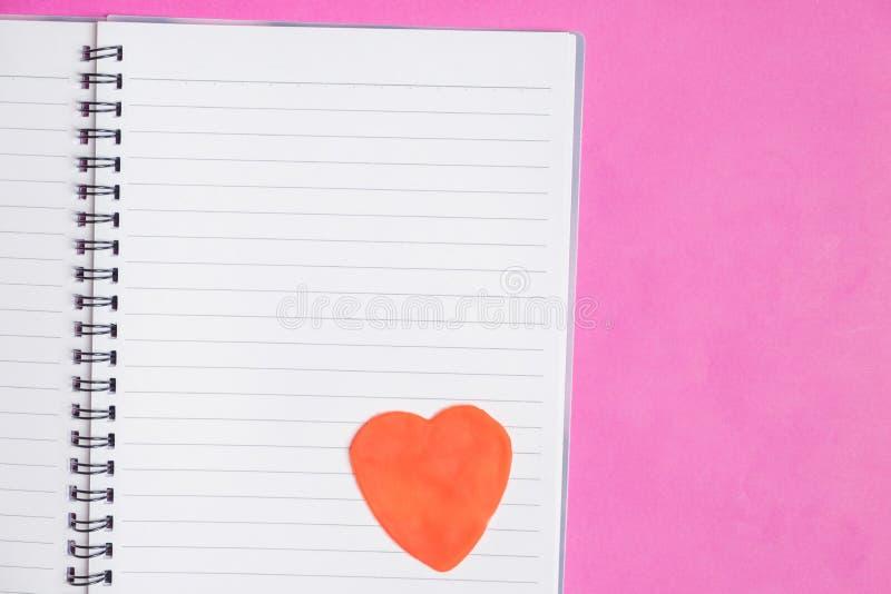 Stor hjärtablankobok på rosa bakgrund med utrymme för text, förälskelsesymbol, valentin dag arkivbilder