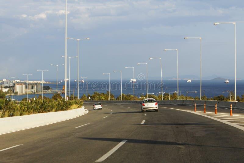 Stor huvudväg nära havet i Grekland arkivfoto
