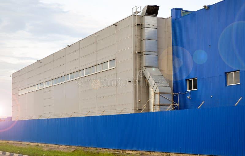 Stor industribyggnad av blåttfärg royaltyfria bilder