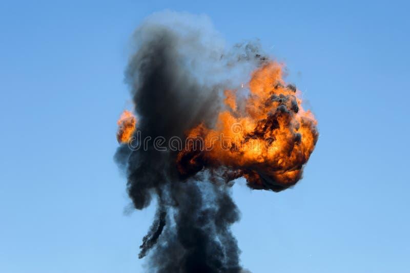 Stor industriell brand med tjock svart rök fotografering för bildbyråer