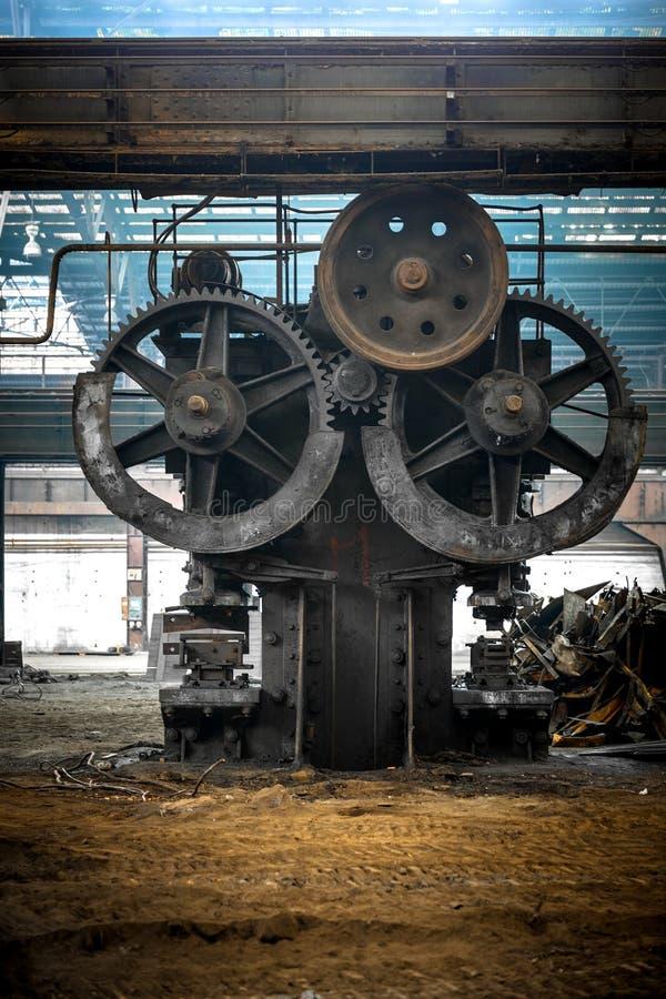 Stor industriell korridor med kuggar royaltyfria bilder
