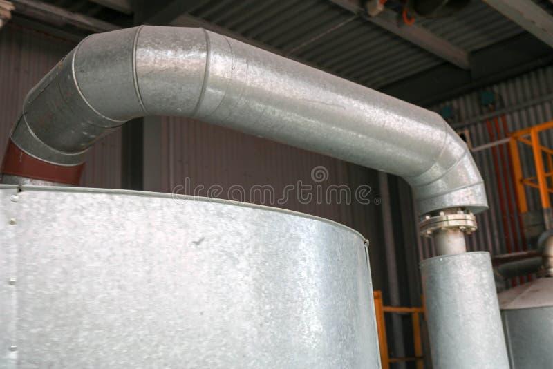 Stor j?rnv?rmeexchanger, beh?llare, reaktor, destillationkolonn i termisk isolering av glasfiber och mineralisk ull av galvaniser royaltyfri foto